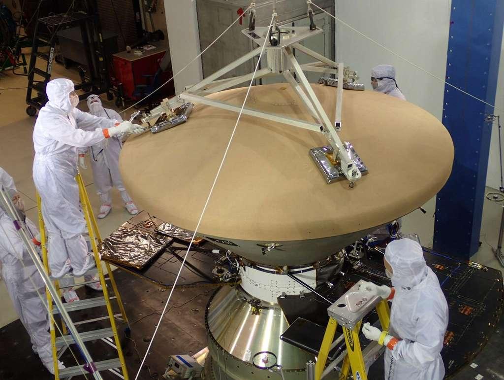 Le bouclier thermique d'InSight avec, au premier plan, le cône avant, celui qui sera exposé aux plus fortes températures lors de l'entrée dans l'atmosphère martienne. © Nasa, JPL, Lockheed Martin
