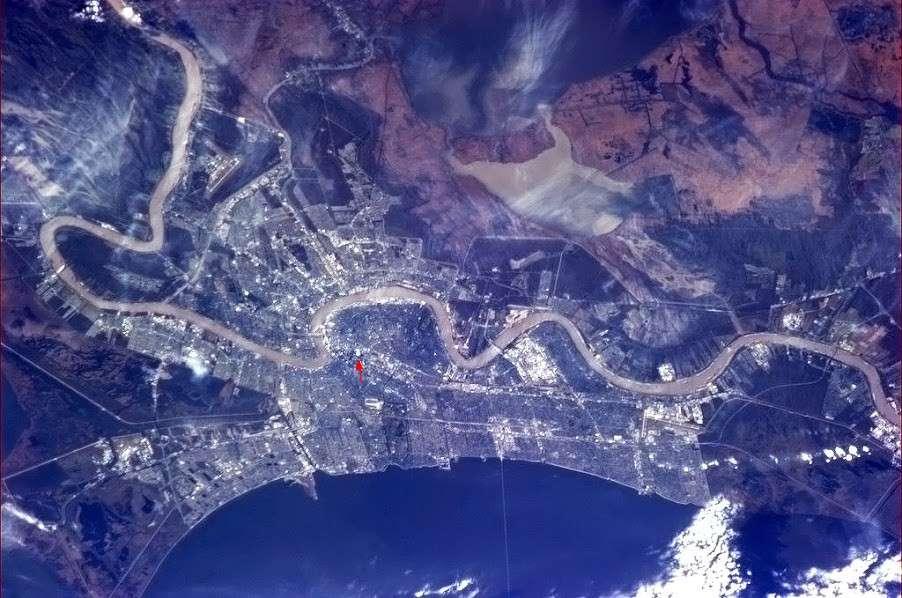La Nouvelle-Orléans, plus grande ville de l'État de Louisiane, coincée entre le golfe du Mexique et le fleuve Mississippi. La flèche rouge indique le Mercedes-Benz Superdome, un stade couvert qui peut accueillir 80.000 personnes. © Chris Hadfield, Nasa