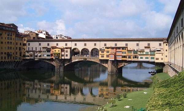 Le Ponte Vecchio, à Florence, est constitué d'une rue piétonne et d'une galerie marchande. Il s'agit du seul pont de la ville à ne pas avoir été détruit en 1944. © Markus Bernet, CC by-sa 2.5