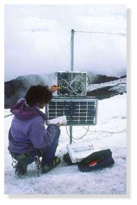 Station micrométéorologique sur le glacier 15 de l'Antizana (4860 m) pour l'analyse du bilan d'énergie. Equateur. © IRD/Bernard Francou