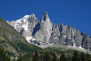 L'aiguille Verte et les Drus dans le massif du mont Blanc, paysage granitique dessiné par la tectonique et l'érosion glaciaire et structuré par de grandes faces de plus de 1.000 mètres de haut correspondant à de grandes failles. © François Michel