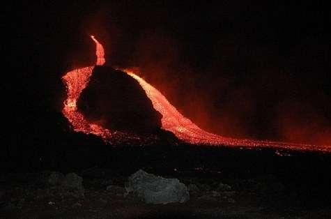 Les coulées de lave issues des deux bouches effusives apparues le 14 juillet 2006 au pied du cratère sud-est de l'Etna (Crédits : INVG)