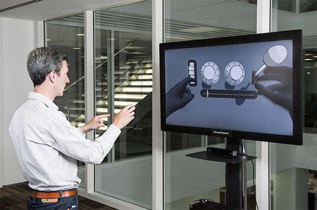 Si la réalité virtuelle veut s'imposer comme l'interface du futur, il faudra des solutions simples et peu contraignantes pour permettre aux utilisateurs d'interagir avec des gestes naturels. © Microsoft