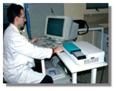 Lecture de plaque (technique ELISA) pour le diagnostic de la brucellose. © INRA/Jacques Dufrenoy