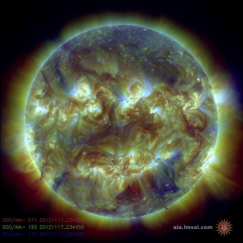 Image trichromique de l'atmosphère du Soleil obtenue avec le satellite SDO. Chaque couleur correspond à de la matière solaire de température différente. © SDO, Nasa