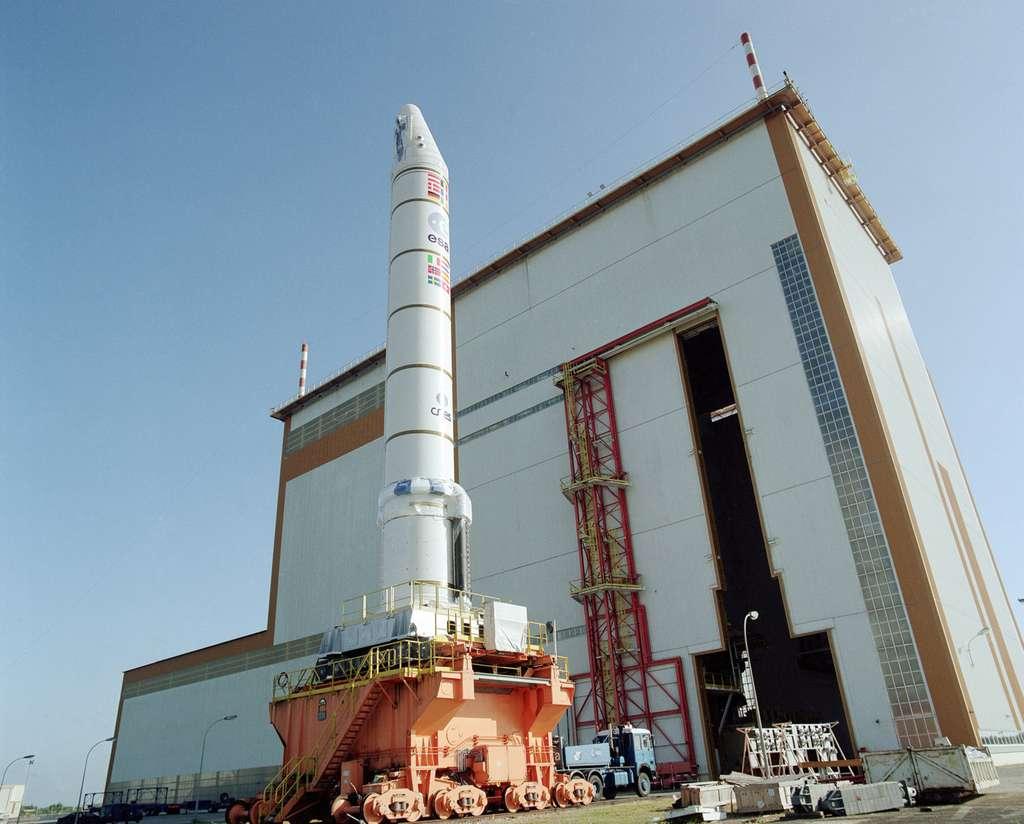 Les étages d'accélération à poudre (EAP) d'Ariane 5 sont les plus gros propulseurs à poudre réalisés à ce jour en Europe, avec chacun 240 tonnes de propergol solide. À l'image, un des deux utilisés sur l'Ariane 5 qui a lancé le satellite Envisat. © Esa/Cnes/Arianespace - Service optique