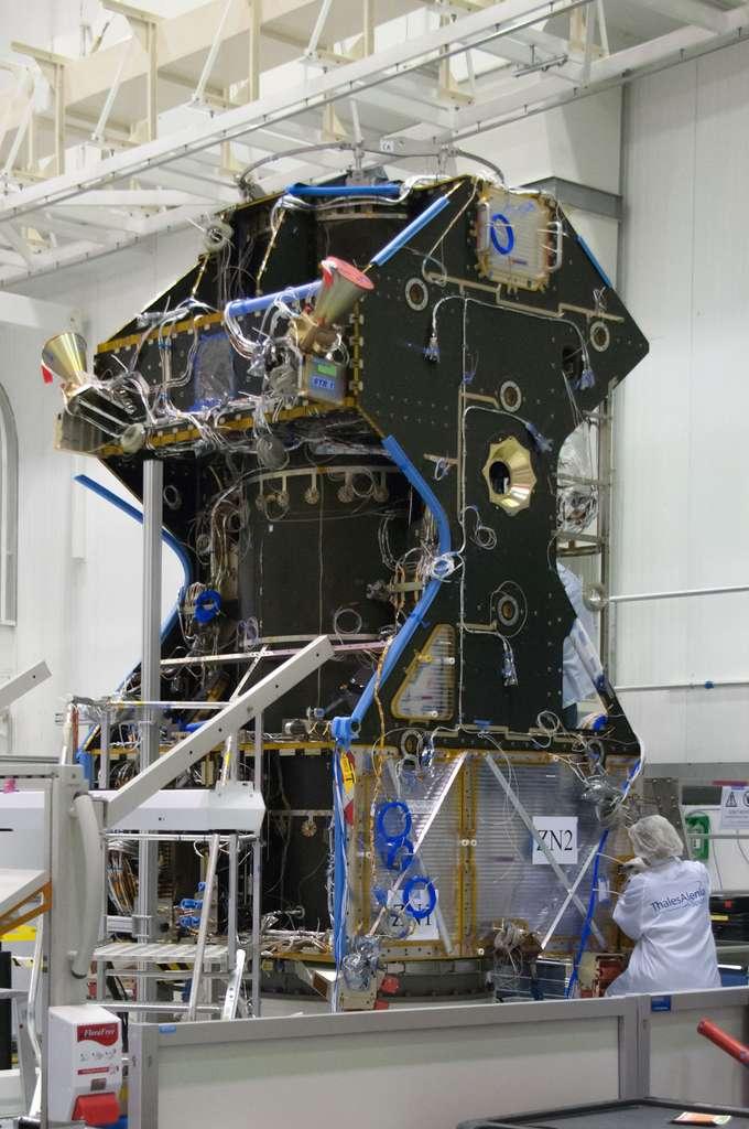 Le TGO d'ExoMars 2016 avec le tube central, dans lequel est logé le moteur principal du satellite, les deux senseurs stellaires (le cône doré, pour le suivi d'étoiles), la structure porteuse de l'EDM (au sommet du satellite) et une des quatre roues à réaction (à gauche à l'intérieur du satellite). © Rémy Decourt