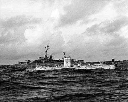 Le Trieste au-dessus de la fosse des Mariannes en janvier 1960. Crédit US Army