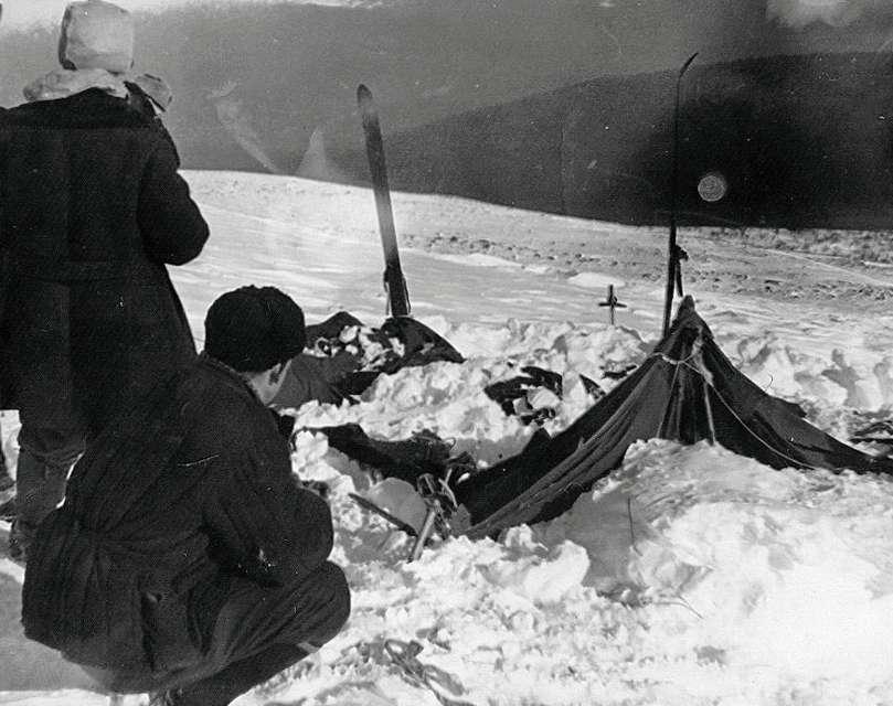 Le 26 février 1959, la tente des randonneurs a été retrouvée dans cet état. Découpée de l'intérieur. © Soviet investigators, Wikipedia, Domaine public