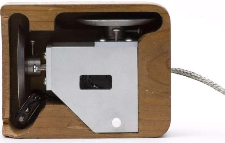Une réplique du prototype de souris de Douglas Engelbart, réalisé par Bill English. On remarque les deux petites roues, qui seront plus tard remplacées par une boule, pour suivre les mouvements selon deux axes. © SRI