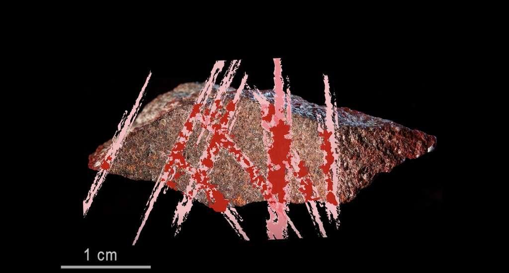 Les croisillons rouges trouvés sur ce morceau de roche constituent le plus vieux dessin à l'ocre du monde. © D'Errico, Henshilwood, Nature, PACEA