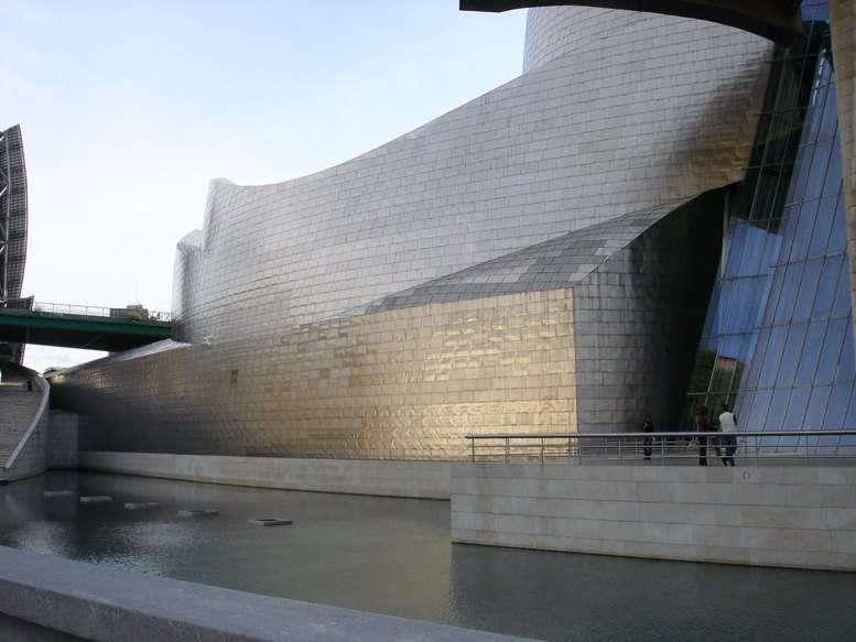 Vue côté fleuve du musée Guggenheim de Bilbao
