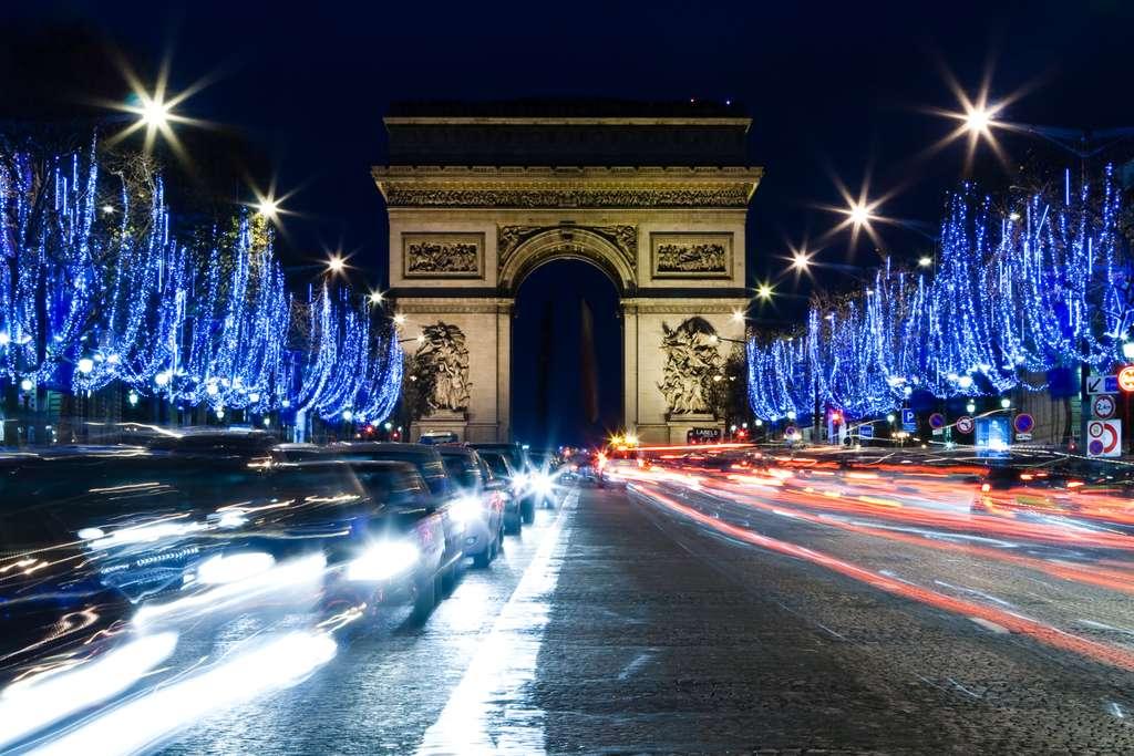Illuminations de Noël sur les Champs-Élysées, à Paris