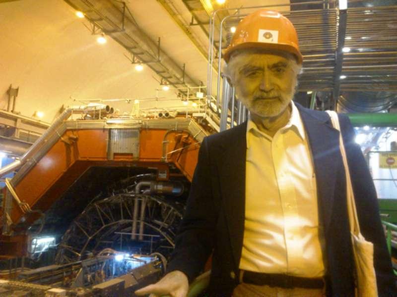 George Zweig en visite au détecteur Alice, dédié à l'étude du plasma de quarks-gluons. Le physicien qui a posé les bases de la théorie des quarks en 1964 a quitté le domaine de la physique des hautes énergies pour celui de la neurobiologie, et enfin de la finance. © Panagiotis Charitos