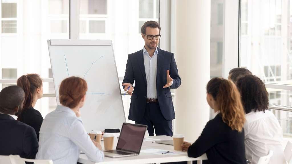 L'une des cinq clés pour développer son leadership, c'est savoir s'adapter à son interlocuteur. © Fizkes, Adobe Stock