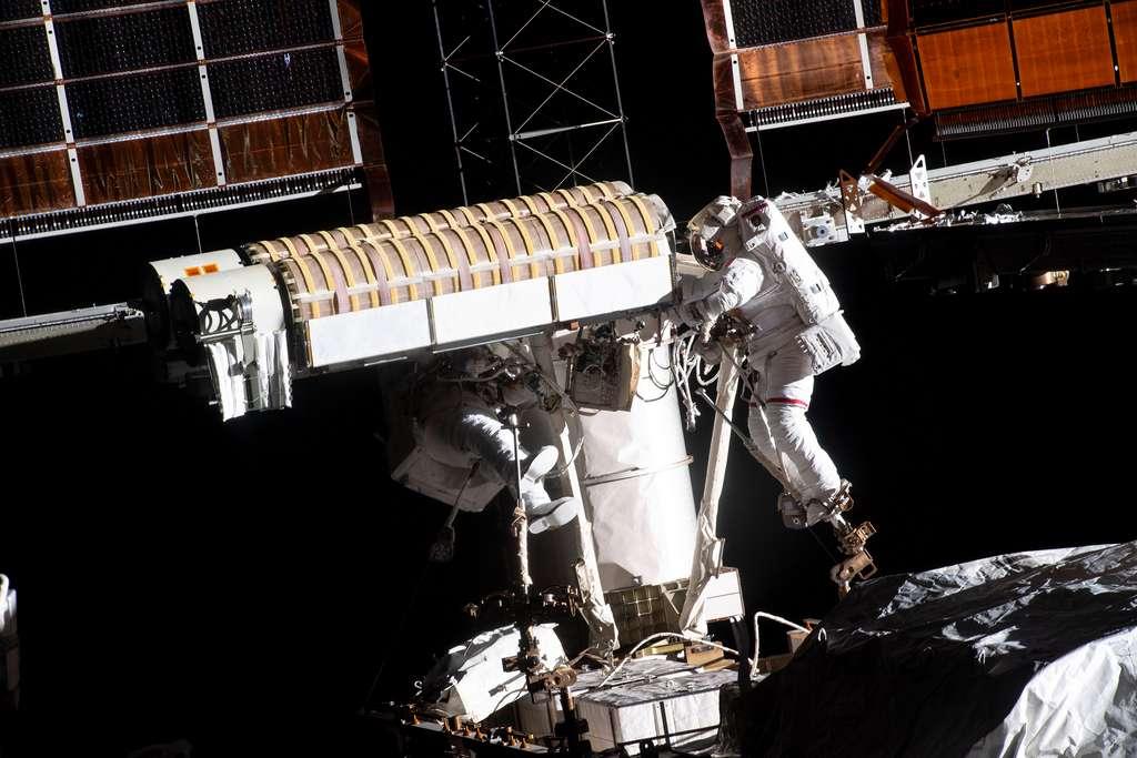 Thomas Pesquet et Shane Kimbrough lors de leur sortie extravéhiculaire du 16 juin 2021. Thomas est à droite de l'image. Les deux astronautes avaient pour tâche d'installer un premier panneau solaire iRosa, que l'on peut voir au premier plan. Long de 19 mètres et large de 6 mètres, il se présente roulé sur lui-même en deux cylindres repliés l'un sur l'autre. © Nasa