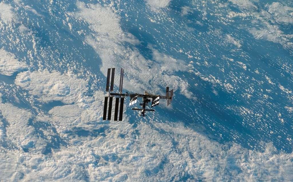 Mars 2008 : L'ISS semble flotter au-dessus de la couverture nuageuse terres