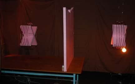 En 2007, une équipe du MIT était parvenue à alimenter une ampoule située à 2 m de sa source électrique. Le transfert d'énergie a lieu à distance, même à travers un obstacle. © Krus et al. 2011 - Science
