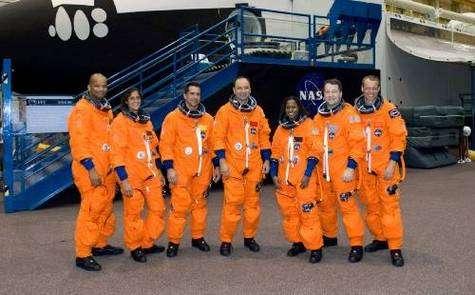 L'équipage de Discovery. De gauche à droite: Robert L. Curbeam, spécialiste de mission; Sunita L. Williams, ingénieur de vol Expedition 14; William A. Oefelein, pilote; Mark L. Polansky, commandant; Joan E. Higginbotham, Nicholas J.M. Patrick et l'astronaute de l'ESA Christer Fuglesang, tous spécialistes de mission. Crédit NASA.