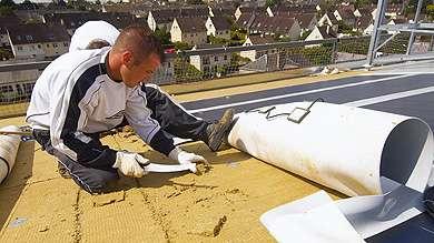 Souple et léger, ce procédé se compose d'une membrane étanche intégrant un module photovoltaïque. Destiné aux grandes toitures plates (bâtiments commerciaux, entrepôts…). © www.solewa.com