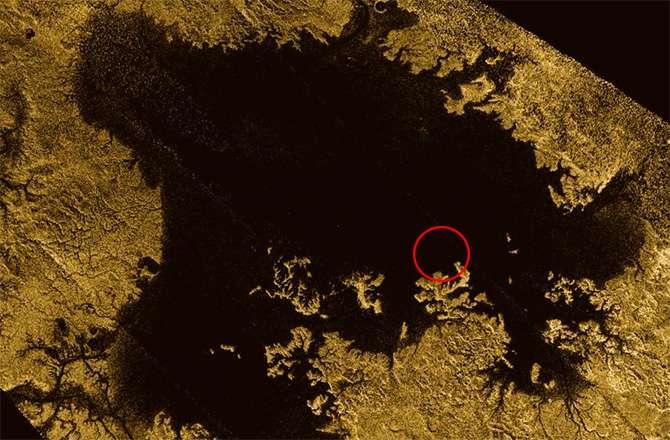 Sur les images radar prises par Cassini le 20 juillet 2013, une île est mystérieusement apparue à la surface de Ligeia Mare, la deuxième plus grande étendue de méthane liquide de Titan. Disparue par la suite, elle fut surnommée l'« île magique » et pourraient être le produit de perturbations saisonnières, selon l'équipe d'astronomes qui mène l'enquête. © Nasa, JPL-Caltech, Asi, Cornell University, Ian O'Neill