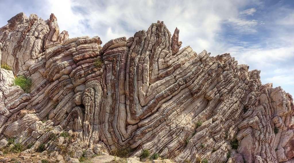 Figure 9 - Avec le temps, des roches dures comme les calcaires se plissent (Crétacé de Grèce). © F. Meilliez, tous droits réservés