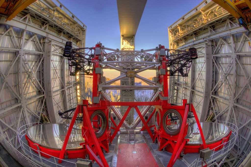 Voici la plus grosse paire de jumelles jamais réalisée ! © LBT