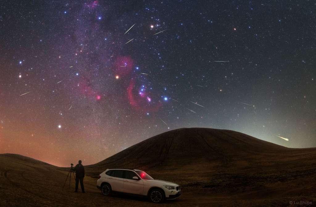 Photo composite des Orionides, pluie d'étoiles filantes active en octobre. Comme on peut le voir, le radiant de l'essaim météoritique se situe au-dessus d'Orion, entre son épaule Bételgeuse et les pieds des Gémeaux. © Lu Shupei, Apod (Nasa)