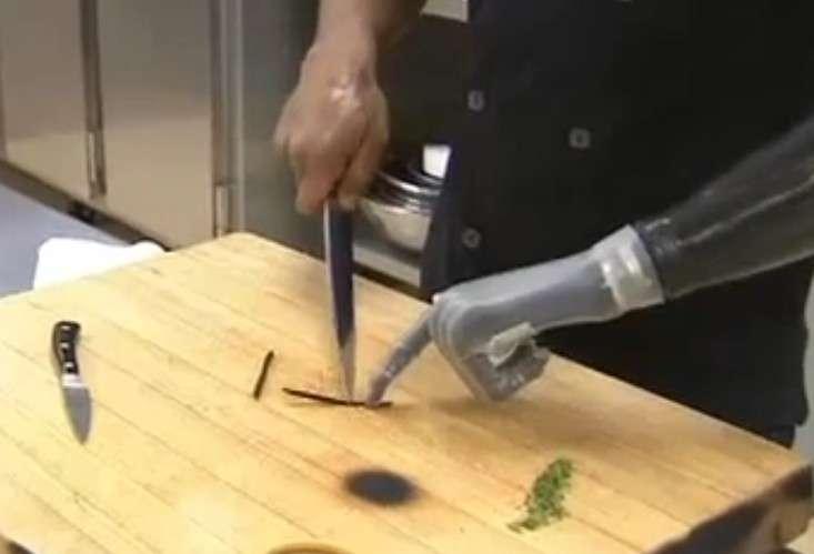 Dans cette scène tirée d'une vidéo, on voit le chef cuisinier Eduardo Garcia découper une gousse de vanille qu'il maintient grâce à l'index de sa main bionique. Cette prothèse lui permet d'accomplir de nombreux gestes qui lui sont indispensables pour exercer son métier. © Touch Bionics, KPTV, YouTube
