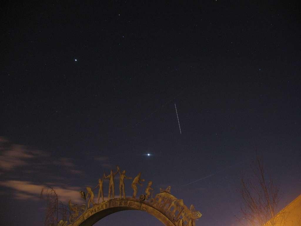 Le 19 février la Station spatiale internationale a laissé la trace de son passage entre Jupiter et Vénus. © Jason Evans/Spaceweather.com