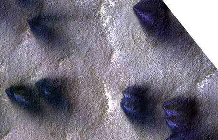 Les éventails noirs d'Ithaca apparaissent à chaque printemps. Sur des prises de vues prises par HiRise séparées d'environ 106 heures environ, on remarque que leur taille a changé mais aussi que des dépôts plus clairs (ici en en fausse couleur bleue), sont devenus plus importants. Cliquez pour agrandir. Crédit : Nasa/JPL/University of Arizona