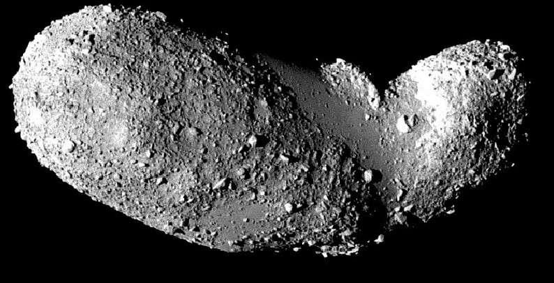 Comme Toutatis, Itokawa est un astéroïde géocroiseur. Ce dernier a reçu la visite de la sonde japonaise Habusaya en 2005. © Jaxa