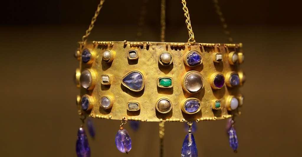 Couronne votive originaire d'Espagne wisigothique, datée du milieu du VIIe siècle composée d'or, de saphirs, d'émeraudes, d'améthystes, de perles, de cristaux de roche, de nacre et de jaspe. © Thesupermat, Wikimedia, CC by-sa 4.0