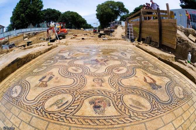 Une mosaïque romaine en pleine rue