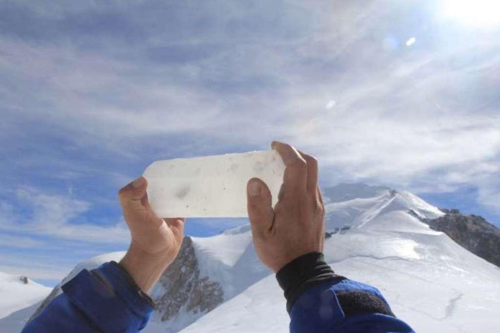 Opérations de forage au col du Dôme, à 4.250 m, dans le massif du Mont-Blanc, dans les Alpes. Carotte retirée à 120 m de profondeur : la présence d'un fragment de roche indique que le socle rocheux est atteint. © Bruno Jourdain, CNRS Photothèque