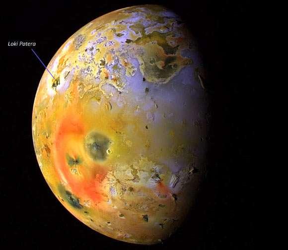 Une photo de Io montrant la caldeira de Loki Patera. © Nasa