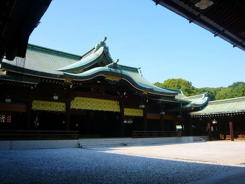 Le sanctuaire Meiji, aussi appelé Meiji-jingū, le reflet de l'architecture japonaise, est le plus grand lieu de culte shintoïste du pays. © Stefan Le Dû Creative Commons Paternité – Partage des conditions initiales à l'identique 2.0 générique