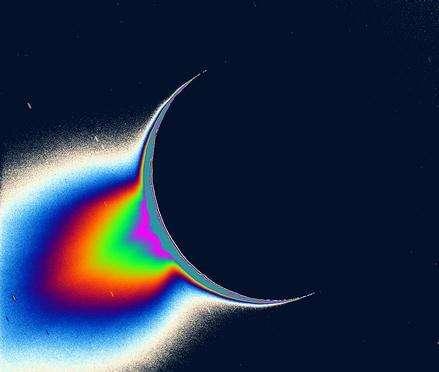 Le panache de glace et de vapeur d'eau photographié par Cassini, quand la lune de Saturne était en contre-jour (Crédits : NASA)
