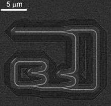 Cette minuscule puce est gravée en plusieurs couches, formant un réseau à trois dimensions où chaque nœud travaille à la manière d'un neurone. Elle peut fonctionner comme une mémoire. De quoi, espèrent ses inventeurs, stocker une quantité considérable d'informations.