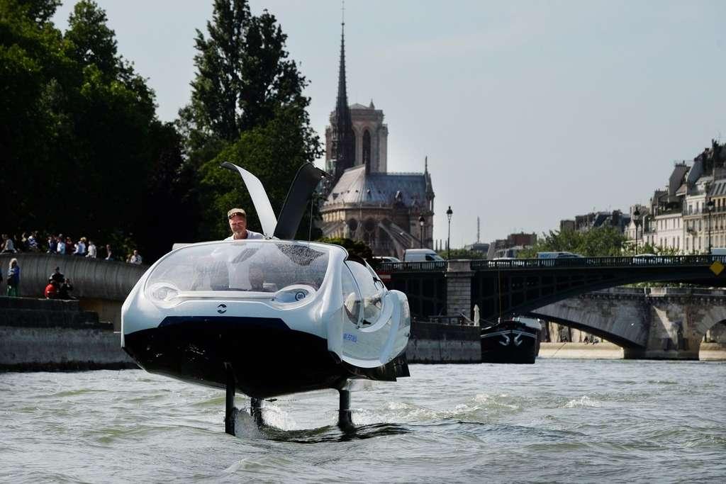 Le bateau électrique « volant » SeaBubbles d'Alain Thébault. © SeaBubbles
