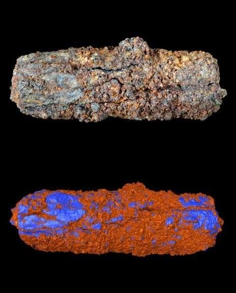 Photographie de la perle égyptienne de Gerzeh analysée (en haut), et cartographie (en bas) de ses zones en fer riche en nickel (représentées en bleu). © Open University