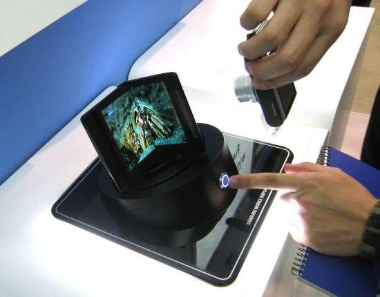 Un prototype d'écran pliable montré en novembre 2010 par Samsung au salon Flat Panel Display, au Japon. © Technomaniac-raga.blogspot.com