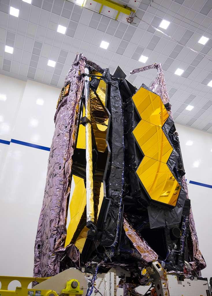 Le télescope spatial James-Webb dans sa configuration de lancement, c'est-à-dire miroir et bouclier thermique repliés. © Northrop Grumman
