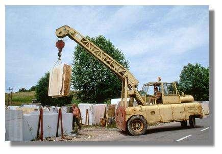 Transport de tranches de marbre avec une grue automotrice à la marbrerie Yelmini Artaud, Balanod - Photo : Inv. Y. Sancey - © Inventaire général, ADAGP, 1997