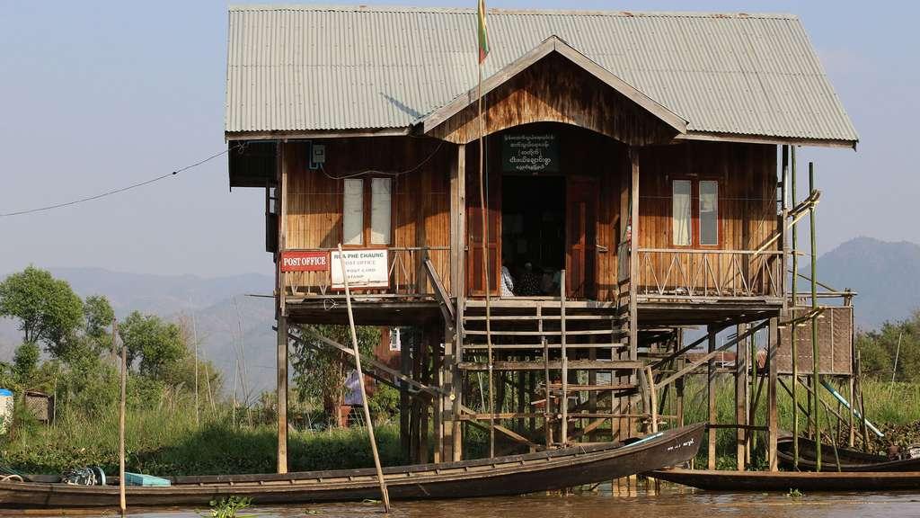 Bureau de poste, sur pilotis, proche du monastère Nga Phe Chaung sur le lac Inle. © Antoine, tous droits réservés, reproduction interdite.