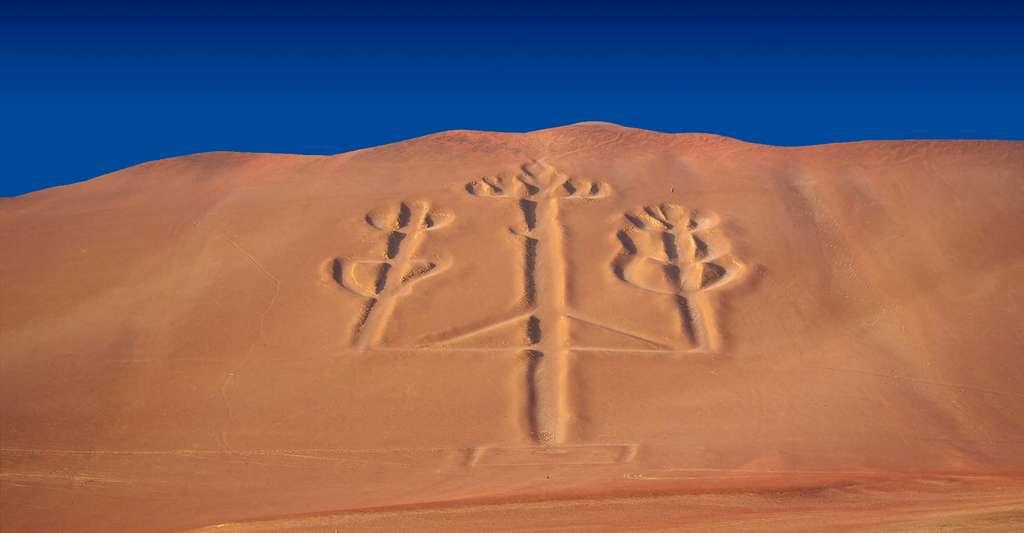 Le Chandelier de Paracas (en espagnol : el Candelabro de Paracas) est un géoglyphe gravé à flanc de désert sur la péninsule de Paracas, au Pérou. © Alex Zanuccoli, Wikimedia Commons, CC by-sa 2.0