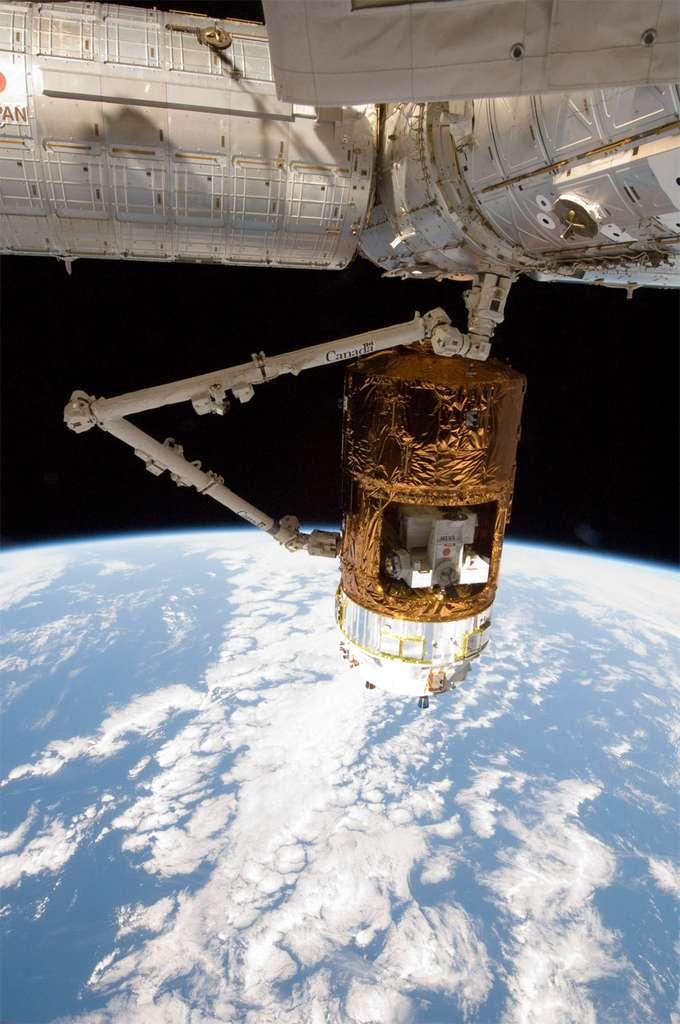 L'HTV-3 au moment de sa capture par le bras robotique de l'ISS, le 27 juillet. © Nasa