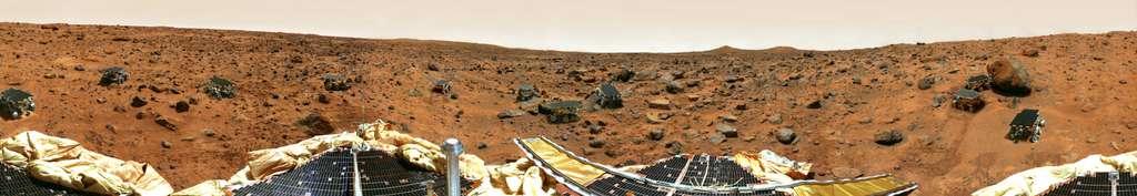 Mars Pathfinder s'est posé en 1997 le jour de la fête de l'Indépendance américaine (4 juillet) en aval d'Ares Vallis, un des plus longs chenaux de la planète. Son terrain d'atterrissage est jonché de pierres et roches de toutes tailles. © Nasa