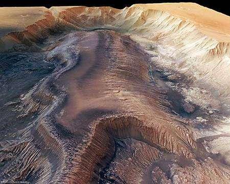 Vue perspective de Hebes Chasma obtenue d'après les données de l'instrument HRSC. Le massif qui s'élève au centre est haut d'environ 8.000 mètres. Son sommet se trouve donc à peu près au même niveau que la plaine environnante.