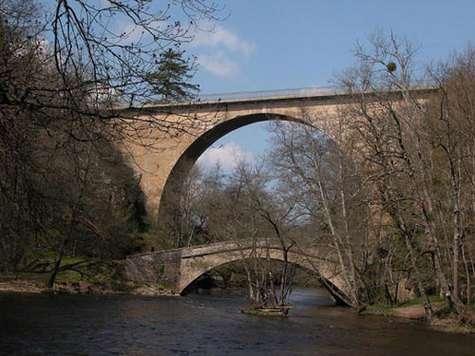 Ponts de Pierre Perthuis, Yonne (lieu d'ancienne mine de fluorite). Le plus petit (plus ancien) date de 1770, les deux enjambent La Cure. © DR